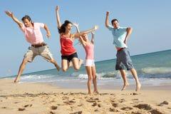 Groupe d'amis appréciant des vacances de plage au soleil Images libres de droits