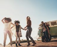 Groupe d'amis appréciant des vacances dehors Photo libre de droits