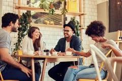 Groupe d'amis appréciant en café Photographie stock libre de droits