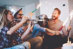 Groupe d'amis appréciant et célébrant l'anniversaire et faire la fête Photo libre de droits