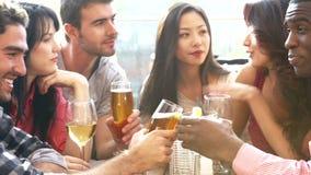 Groupe d'amis appréciant la boisson à la barre extérieure de dessus de toit clips vidéos