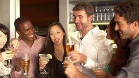 Groupe d'amis appréciant la boisson dans la barre banque de vidéos