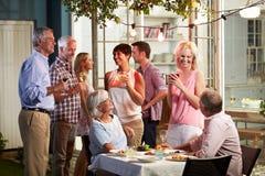 Groupe d'amis appréciant la partie extérieure de boissons de soirée Images libres de droits
