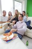 Groupe d'amis appréciant la pizza Photos stock