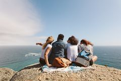 Groupe d'amis appréciant la vue à partir du dessus d'une colline Photos stock