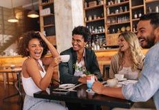 Groupe d'amis appréciant le café ensemble Photo libre de droits