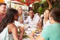 Groupe d'amis appréciant le déjeuner dans le restaurant extérieur Image stock