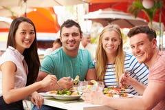 Groupe d'amis appréciant le déjeuner dans le restaurant extérieur Images libres de droits