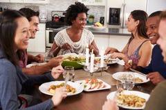 Groupe d'amis appréciant le dîner à la maison Images libres de droits