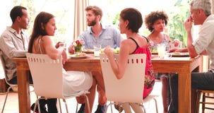 Groupe d'amis appréciant le dîner à la maison ensemble banque de vidéos