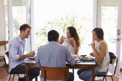 Groupe d'amis appréciant le dîner à la maison ensemble Images libres de droits