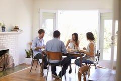 Groupe d'amis appréciant le dîner à la maison ensemble Photo libre de droits
