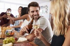 Groupe d'amis appréciant le dîner à la maison ensemble Photo stock