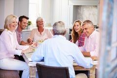Groupe d'amis appréciant le repas à la maison ensemble Photos libres de droits