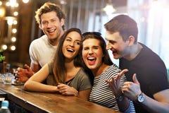 Groupe d'amis appréciant le repas dans le restaurant Photographie stock libre de droits