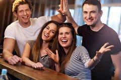 Groupe d'amis appréciant le repas dans le restaurant Photo stock