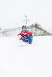 Groupe d'amis appréciant le tour de traîneau dans la neige Photographie stock libre de droits