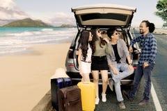 Groupe d'amis appréciant le voyage près de la plage Photo stock
