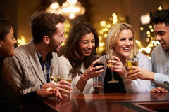 Groupe d'amis appréciant même des boissons dans la barre Photos libres de droits