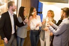 Groupe d'amis appréciant même des boissons dans la barre Images libres de droits