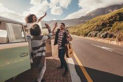 Groupe d'amis appréciant sur le voyage par la route Image libre de droits