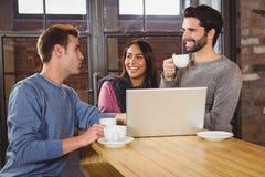 Groupe d'amis appréciant un café Image libre de droits