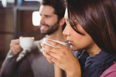 Groupe d'amis appréciant un café Photographie stock