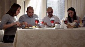Groupe d'amis appréciant un dîner avec du vin à un restaurant banque de vidéos