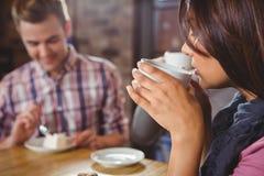 Groupe d'amis appréciant un petit déjeuner Image stock
