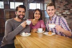 Groupe d'amis appréciant un petit déjeuner Images libres de droits