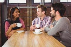Groupe d'amis appréciant un petit déjeuner Photos libres de droits