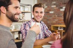 Groupe d'amis appréciant un petit déjeuner Photographie stock libre de droits
