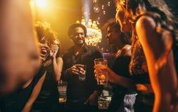 Groupe d'amis appréciant une partie au bar Photo libre de droits