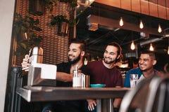 Groupe d'amis arabes prenant le selfie dans la barre de salon Jeunes hommes de métis ayant l'amusement Photos libres de droits