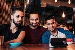 Groupe d'amis Arabes prenant le selfie dans la barre de salon Jeunes hommes de métis ayant l'amusement Photo stock