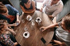 Groupe d'amis au café Photos stock