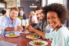 Groupe d'amis au déjeuner dans un restaurant Photo libre de droits