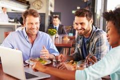 Groupe d'amis au déjeuner dans un restaurant Images libres de droits