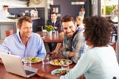 Groupe d'amis au déjeuner dans un restaurant Photo stock