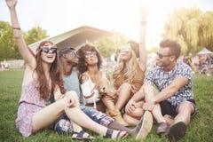 Groupe d'amis au festival Photo stock