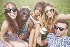 Groupe d'amis au festival Image stock