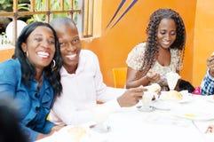 Groupe d'amis au restaurant Image libre de droits