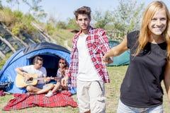 Groupe d'amis au terrain de camping tout en détendant Photo libre de droits