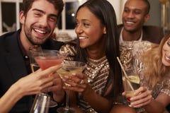 Groupe d'amis avec des boissons appréciant le cocktail Photo libre de droits