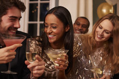 Groupe d'amis avec des boissons appréciant le cocktail image stock