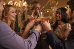 Groupe d'amis avec des boissons appréciant le cocktail images stock