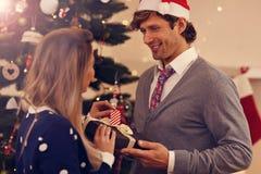 Groupe d'amis avec des cadeaux de Noël à la maison Image libre de droits