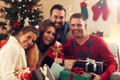 Groupe d'amis avec des cadeaux de Noël Photos stock