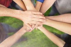 Groupe d'amis avec des mains dans la pile, Images stock