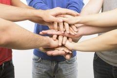 Groupe d'amis avec des mains dans la pile, Photos libres de droits